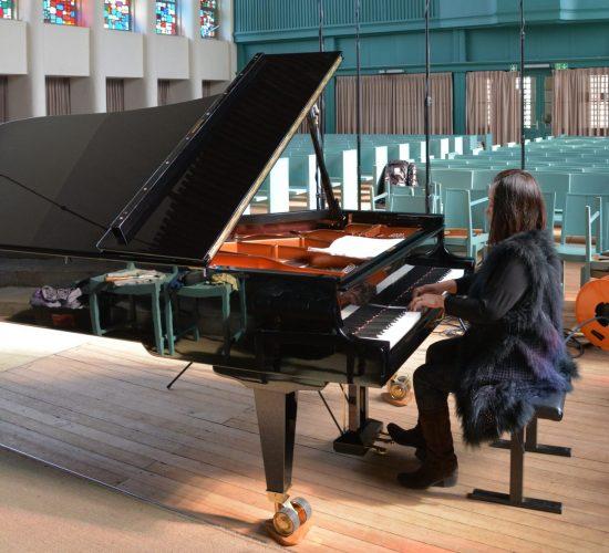 Jimin Oh-Havenith, CD-Aufnahme der Goldbergvariationen von Bach, Jesus-Christus-Kirche, Berlin, April 2018 pianistin am flügel spielend bunt